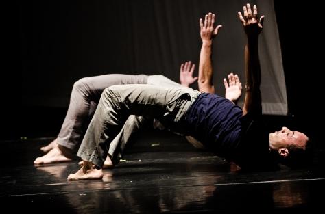 Coreografia d'arte: Claudio Malangone ne durante BrainToledo. Il coreografo è abbinato all'artista Guzzoni- Spazio Tadini