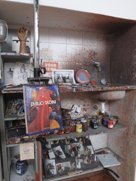 La nicchia dello studio di Emilio Tadini presso Spazio Tadini