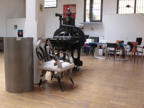 Poltrona di bufalo, arte africana, e vecchio torchio da stampa dell'800 design Amos Dall'Orto