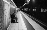 Federico Marcoaldi ritratto da Fabrizio Fortini mentre disegna alla panchina del metrò