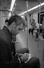 Federico Marcoaldi ritratto da Fabrizio Fortini mentre disegna sul metrò